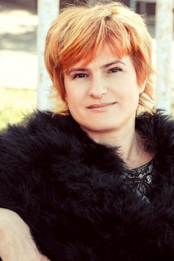 Ukrainian girl Marina,43 years old with brown eyes and red hair.