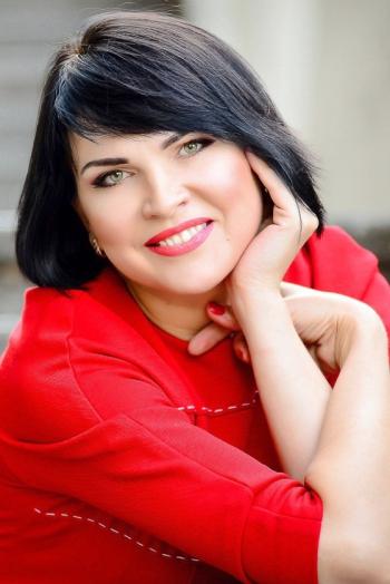 Ukrainian girl Nina,41 years old with green eyes and black hair.