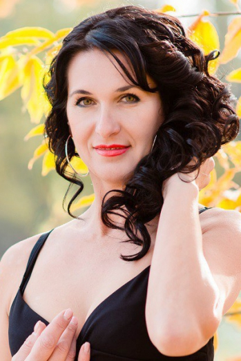 Ukrainian girl Svetlana,41 years old with green eyes and black hair.
