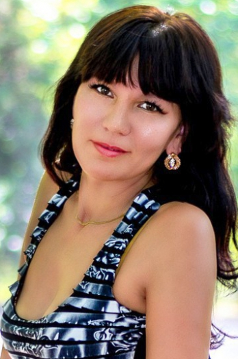 Ukrainian girl Alyona,39 years old with brown eyes and black hair.
