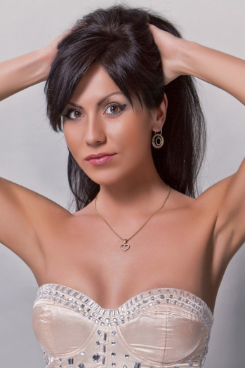 Ukrainian girl Vikki,31 years old with  eyes and  hair.