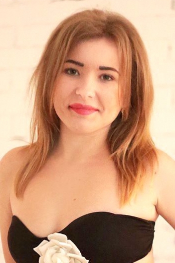 Ukrainian girl Alina,20 years old with green eyes and light brown hair.