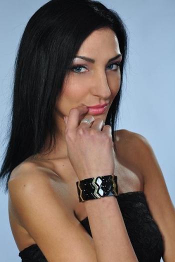 Ukrainian girl Irina,30 years old with green eyes and black hair.