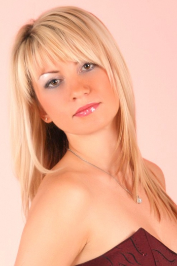 Ukrainian girl Tatiana,40 years old with green eyes and blonde hair.