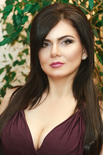 Ukrainian girl Malika,45 years old with brown eyes and dark brown hair.