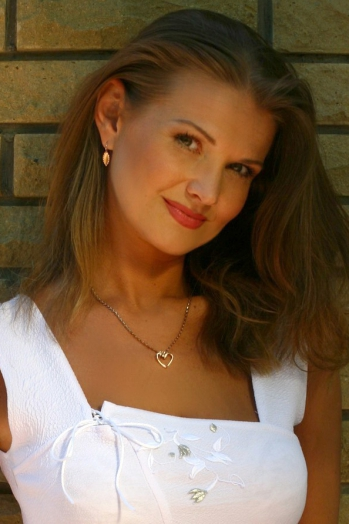 Ukrainian girl Anna,40 years old with green eyes and light brown hair.