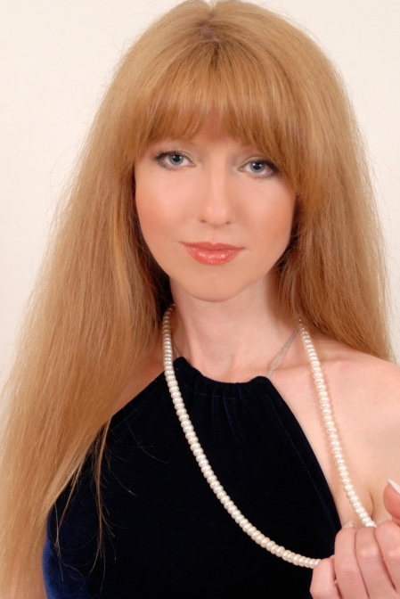 United Statesn girl Elena,52 years old with blue eyes and light brown hair.