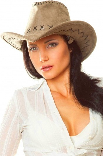 Ukrainian girl Irina,37 years old with grey eyes and black hair.
