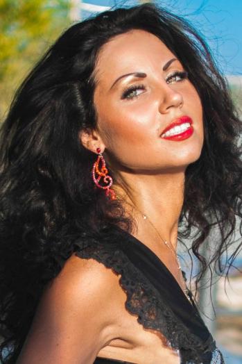 Ukrainian girl Ekaterina,33 years old with green eyes and dark brown hair.