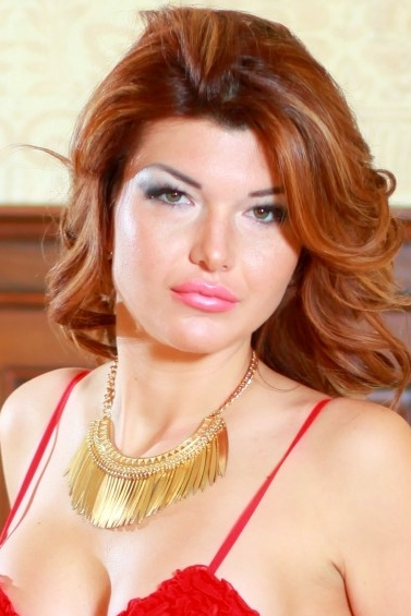 Ukrainian girl Maryna,30 years old with green eyes and dark brown hair.