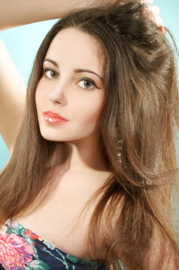 Ukrainian girl Darya,22 years old with green eyes and light brown hair.