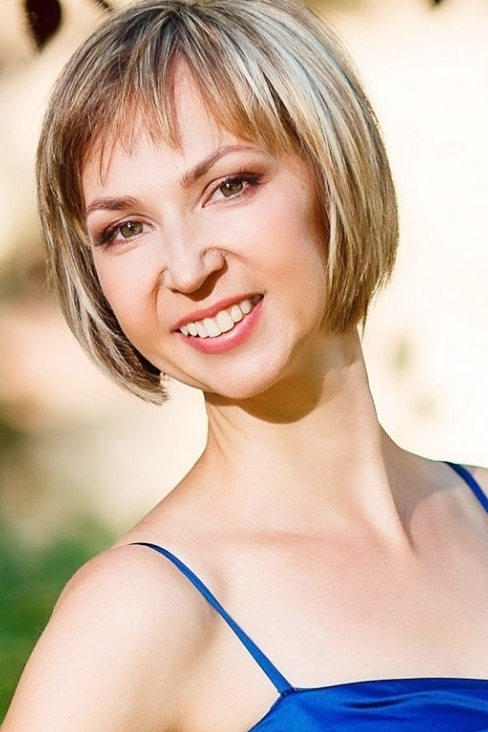 Ukrainian girl Anna,43 years old with green eyes and light brown hair.