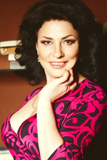 Ukrainian girl Elena,46 years old with brown eyes and dark brown hair.
